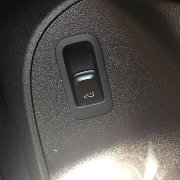 電動トランクのボタン